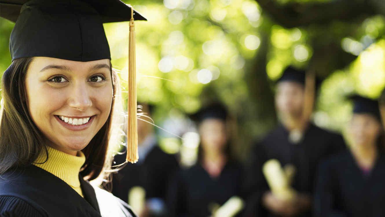 Joven universitaria en su graduación