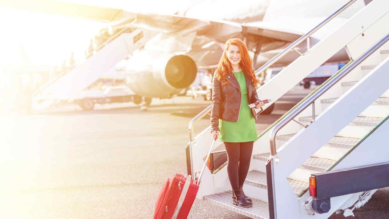 Mujer embarcando un avión