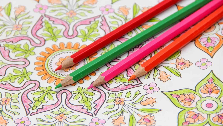 Libro de colorear de mandalas con lápices de colores