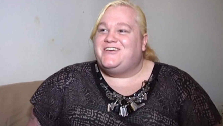 Mujer rubia con sobrepeso