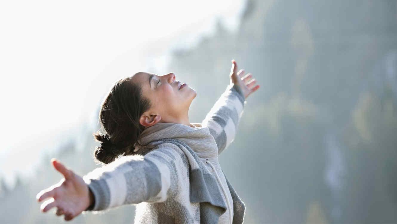 Mujer libre con brazos abiertos