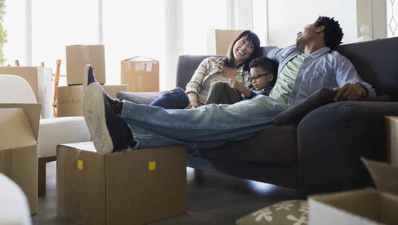 Familia con cajas de mudanza