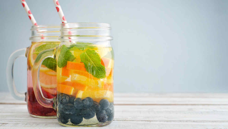 Agua infusionada con frutas y menta