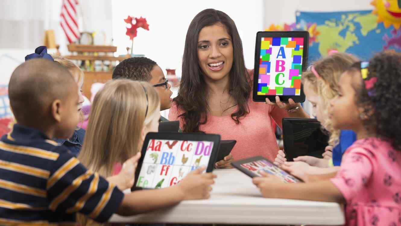 Maestra y niños con tablet