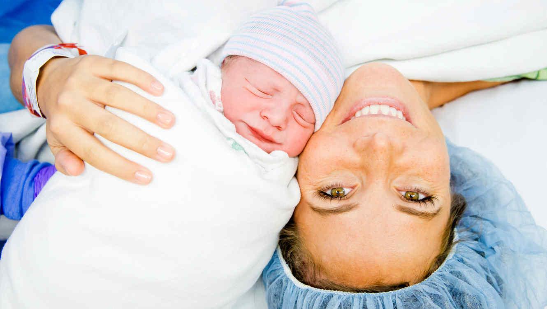 Madre sonríe junto a su bebé