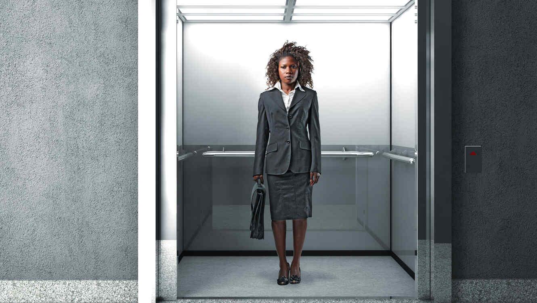 Mujer en ascensor