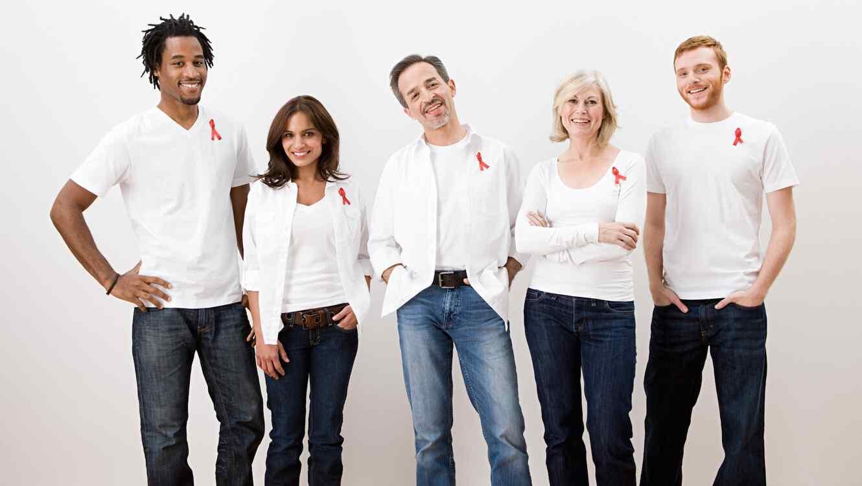 Grupo de personas con lazo rojo