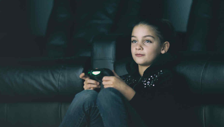 Niña con videojuegos