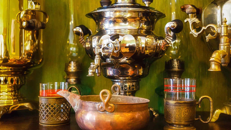 Cuchara con edulcorante sobre una taza de té