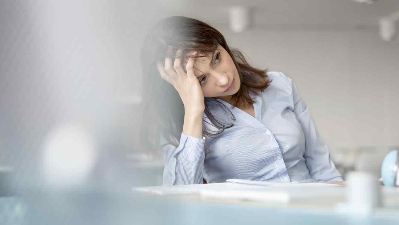 Mujer estresada con la mano en la cabeza