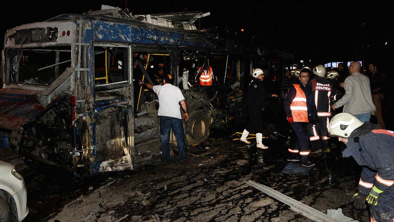 Miembros de los servicios de emergencia acuden a la zona de la explosión que dejó más de 20 muertos en Ankara, Turquía el domingo 13 de Marzo del 2016