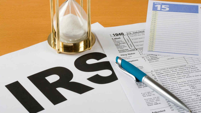 Formulario del IRS y reloj de arena
