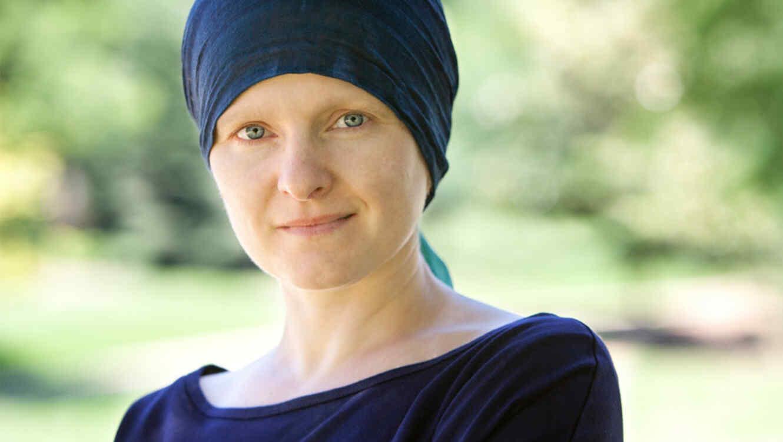 Mujer con cáncer sonríe