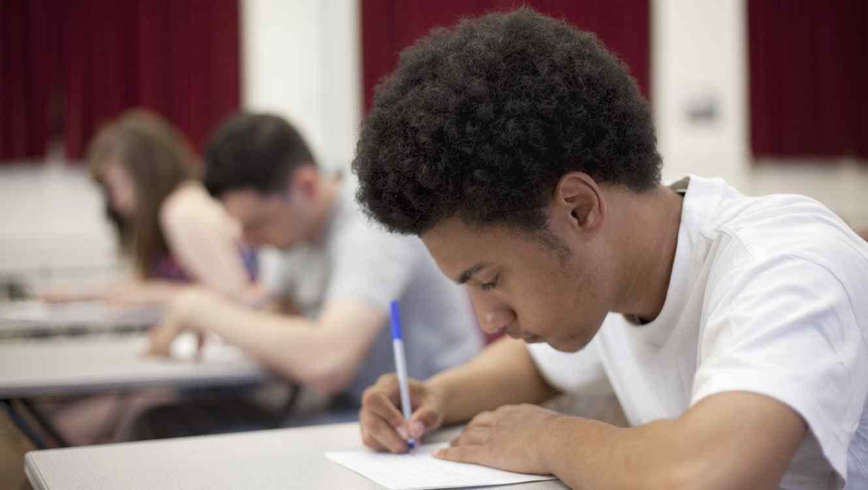 Adolescente dando examen
