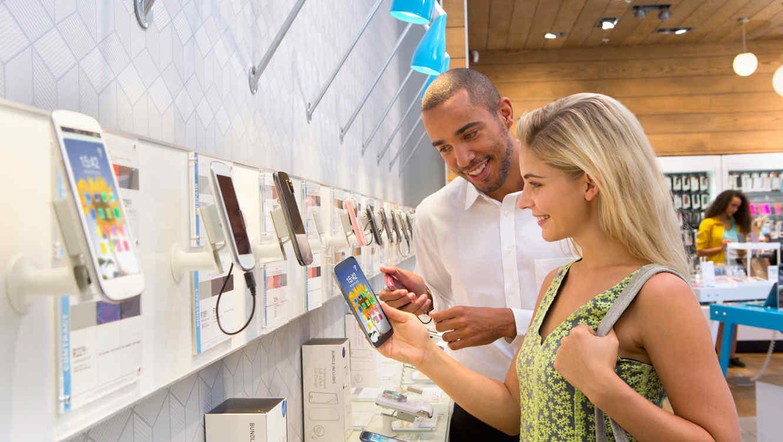 Mujer compra un smartphone