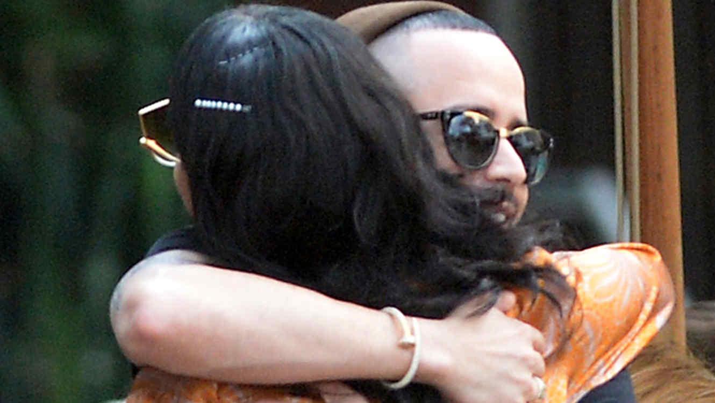 Rihanna y Yandel se dan un abrazo en Miami