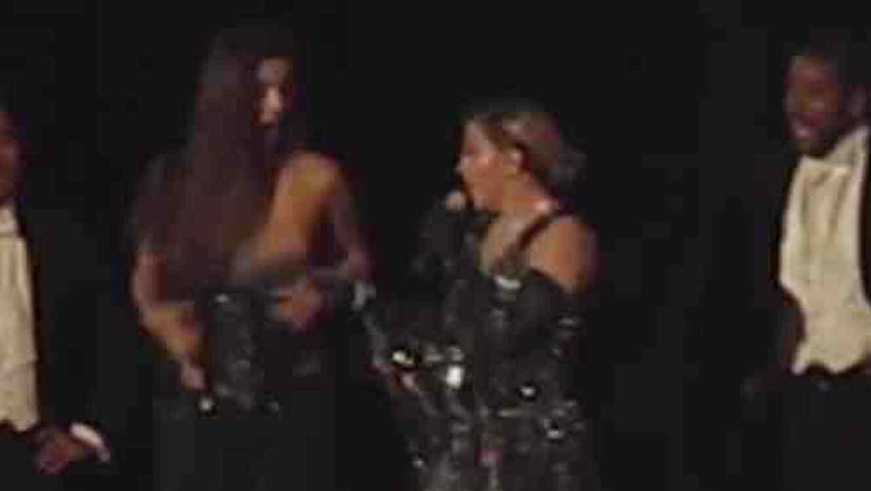 Madonna le expone el seno a una fan