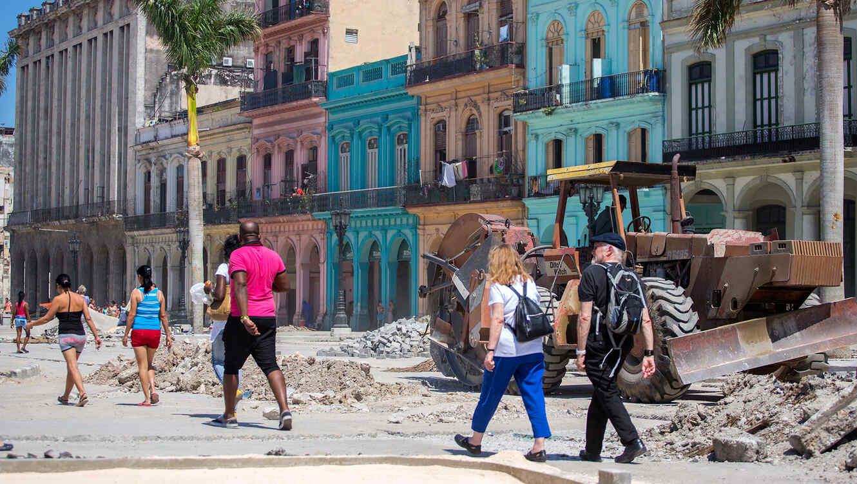 Varias personas caminan en medio de trabajos de renovación en el centro de La Habana, Cuba, el jueves 10 de marzo de 2016