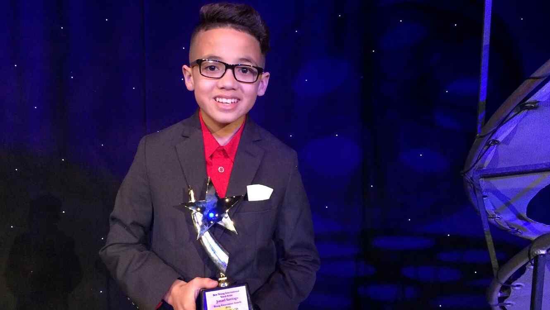 Jonael con su premio YEA 2016