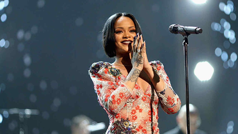 Rihanna en el escenario durante el 2016 MusiCares Person of the Year honrando a Lionel Richie