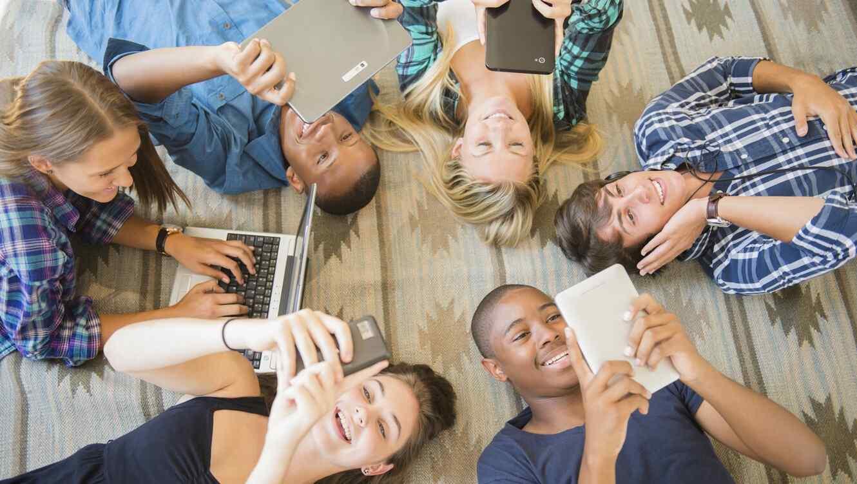 Jóvenes usando dispositivos electrónicos