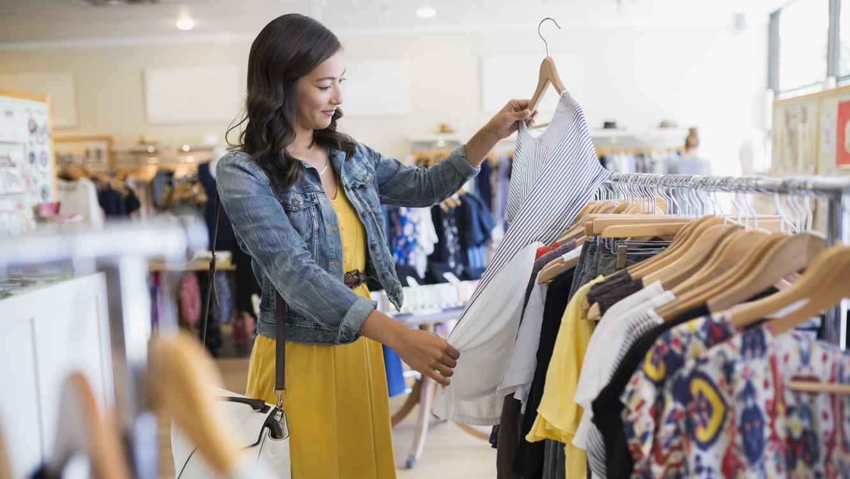 Mujer mirando ropa