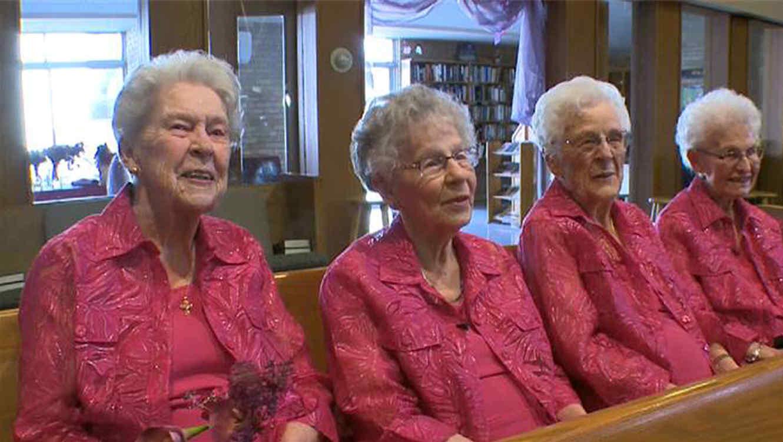 Abuelas de 90 años llevan las flores en una boda