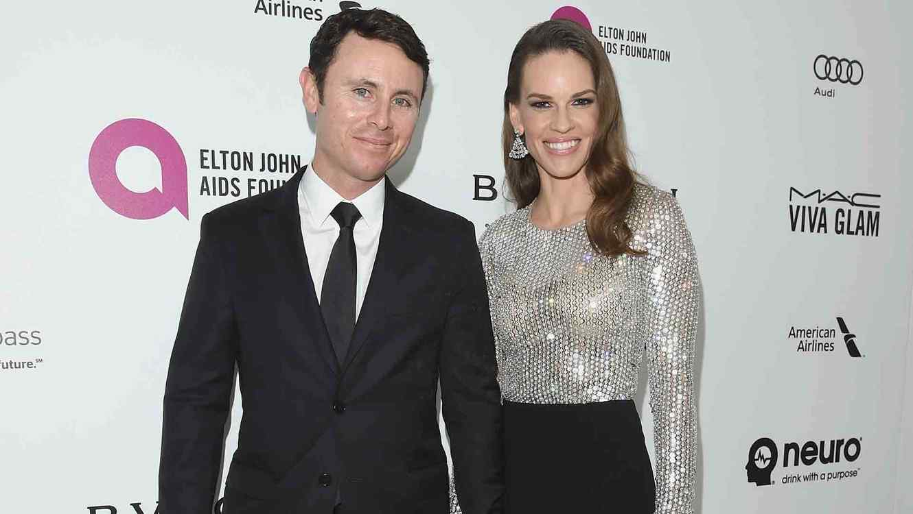 Rubén Torres y Hilary Swank en Bulgari at the 24th annual Elton John AIDS Foundation's Oscar Viewing Party