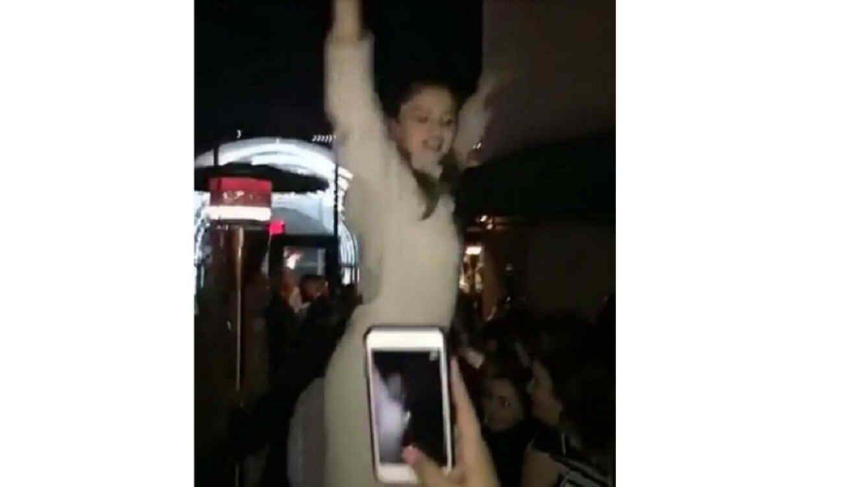 Selena Gomez bailando en mesa en Texas