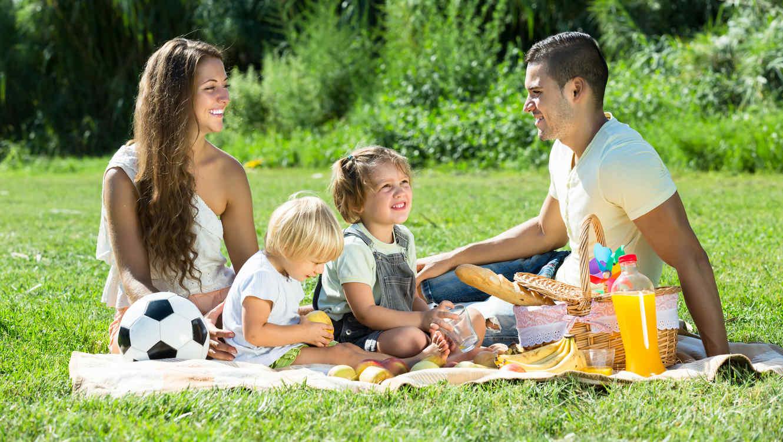 Familia haciendo picnic
