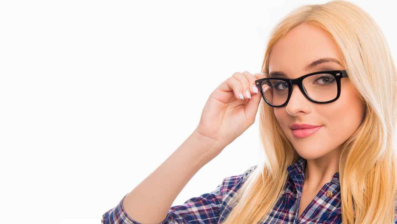 Mujer rubia con blusa a cuadros y lentes