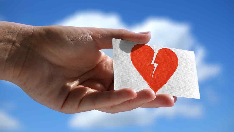 Tarjeta con corazón roto dibujado