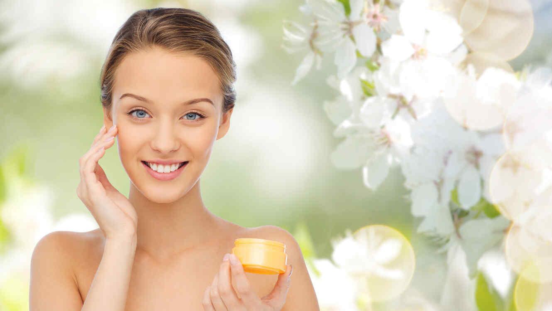 Mujer aplicándose crema en el rostro