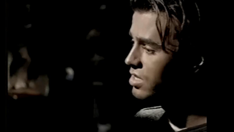"""Enrique Iglesias en el video musical de """"Si Tu Te Vas"""""""