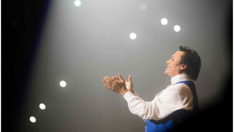 Juan Gabriel, canta en un concierto, vestido de azul