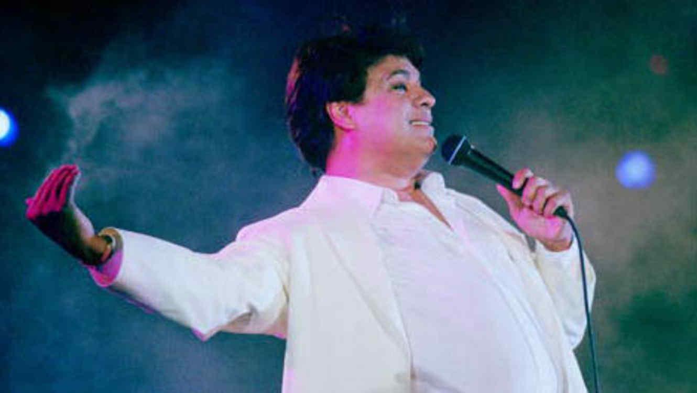 Juan Gabriel cantando, micrófono en mano, en su juventud