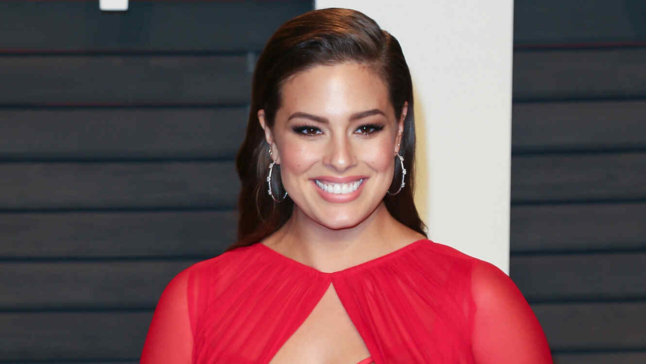 Ashley Graham sonriente a su llegada a la fiesta de Vainty Fair post Oscars 2016