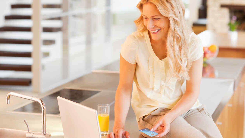 Mujer compra online con tarjeta