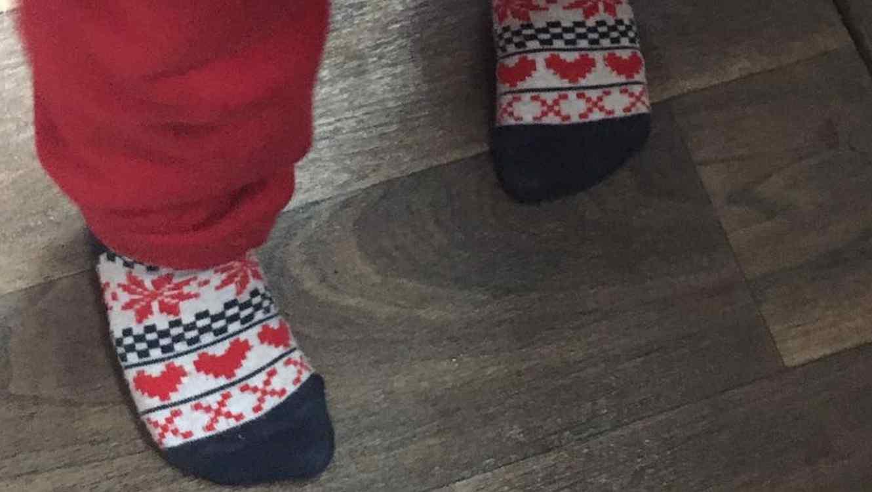 Pies de niño con calcetines de corazones