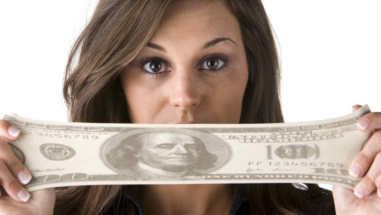 Mujer estirando billete
