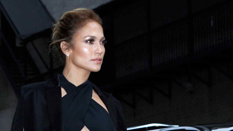 Jennifer Lopez, vestida de negro sale de un auto en New York, 2014