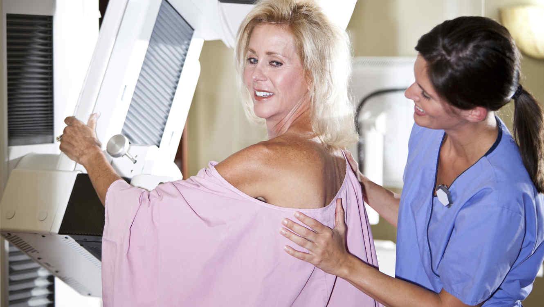 Mujer madura haciéndose una mamografía