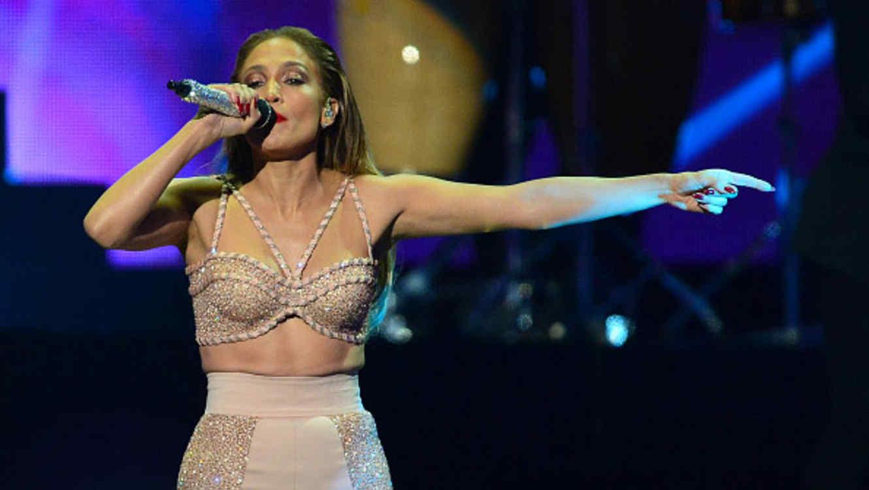 Jennifer Lopez cantando en el tributo a Selena en los Premios Billboard 2015