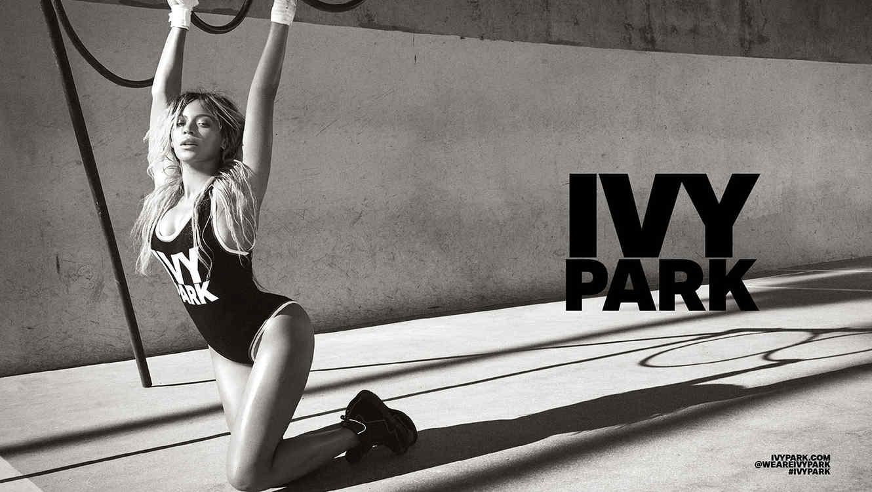 Beyonce con una de las piezas de su línea deportiva Ivy Park