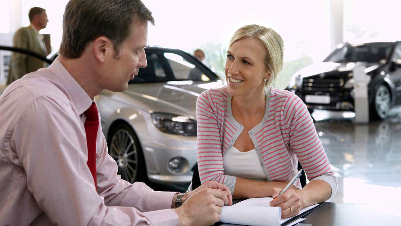 Mujer compra un coche