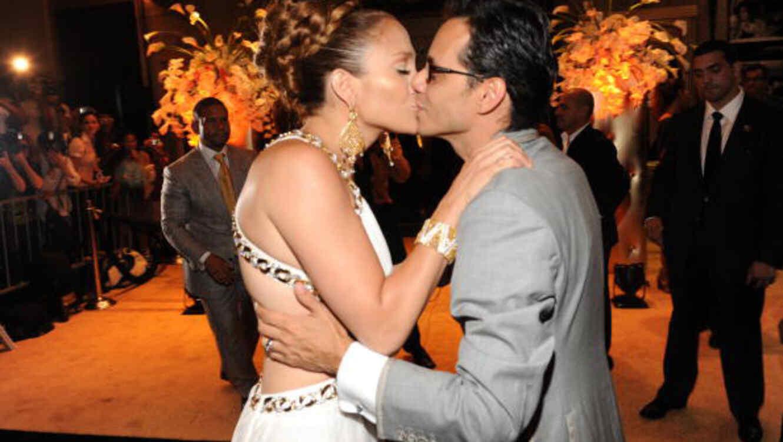 Jennifer Lopez y Marc Anthony se dan un beso en la fiesta sorpresa del cumpleaños de JLo, Julio 2009