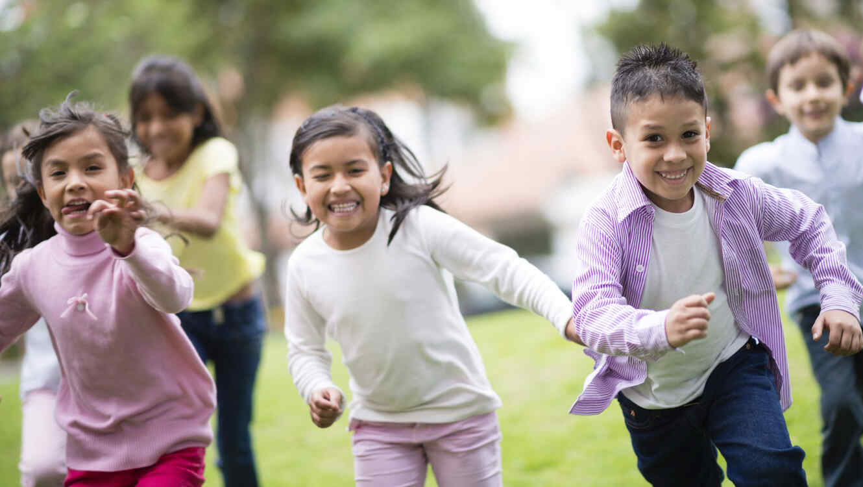 Niños inmigrantes jugando en el parque