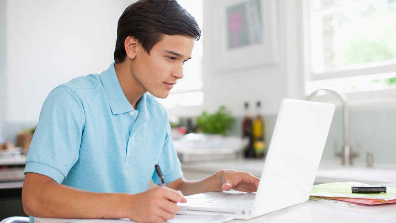 Adolescente hispano con computador