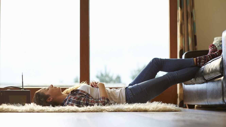 Mujer acostada en el piso