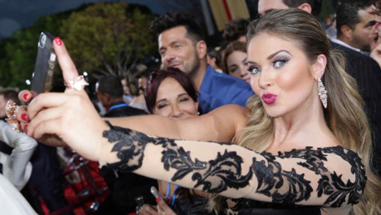 Artista se toma selfie con sus fans en la alfombra roja de los Premios Billboard 2014